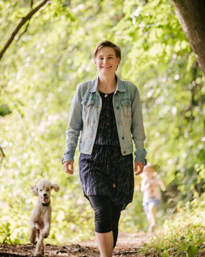 Susann Hannusch laufend mit Hund, Vision FamilienGlück